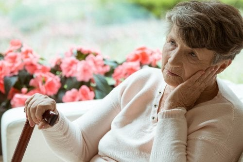 Mulher idosa com doença de Alzheimer