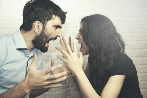 Casal discutindo sobre a relação