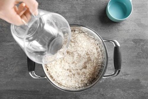 Pessoa cozinhando arroz que menos engorda