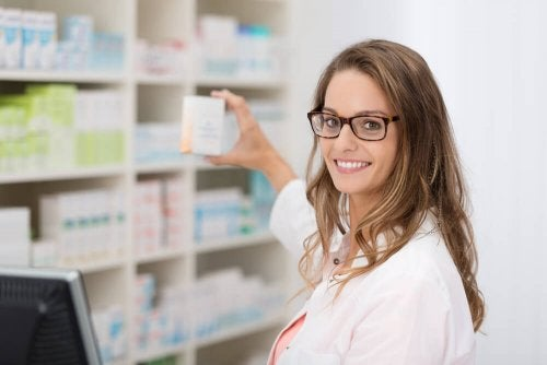 Mulher mostrado remédio contra diverticulite