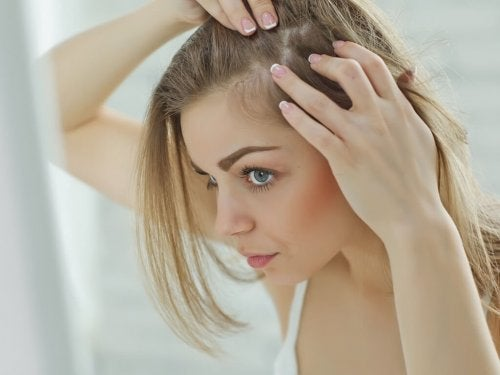 Mulher olhando seu cabelo