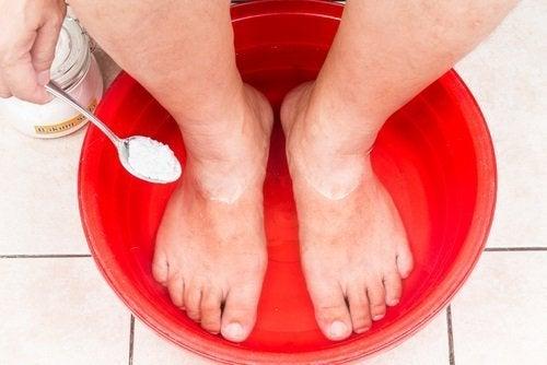 anho com bicarbonato para deixar seus pés impecáveis