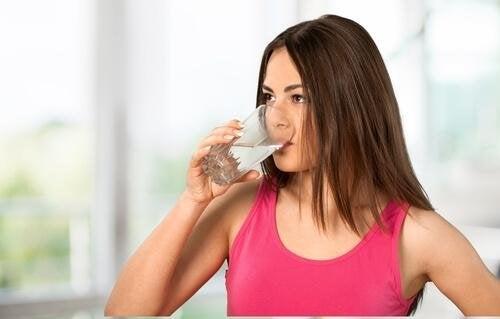 Mulher bebendo antiácido