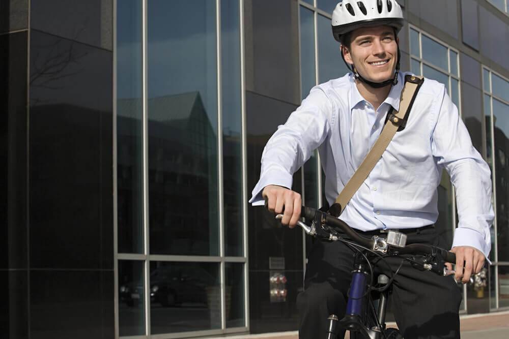 Homem indo de bicicleta para o trabalho