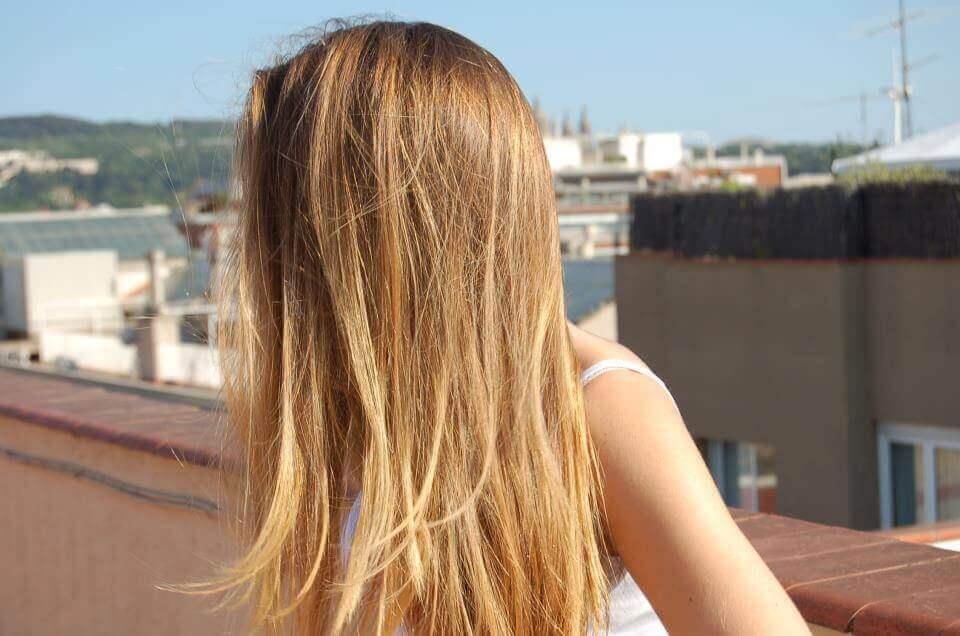 Mulher expondo seus cabelos ao sol