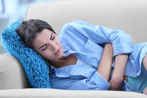 Dor abdominal é um sintoma da dor nos ovários