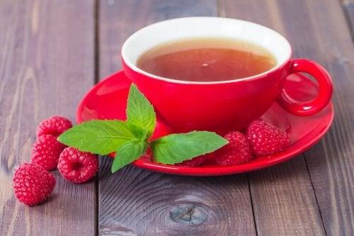 Chá de folhas de frambuesa serve para controlar a menstruação abundante