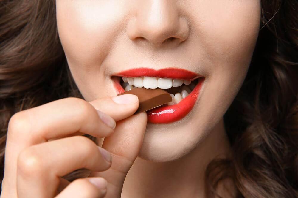 Comer chocolate amargo