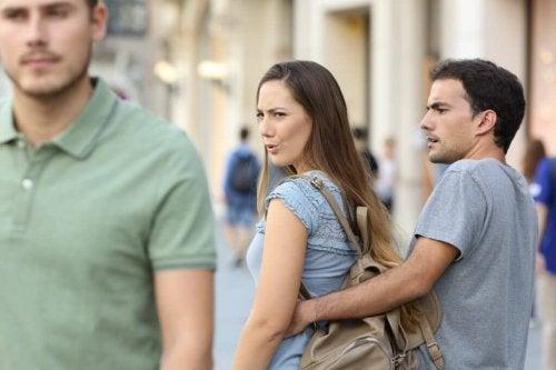 Casal conversando