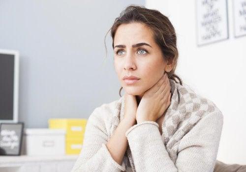Mulher preocupada pelos sinais de envelhecimento no pescoço