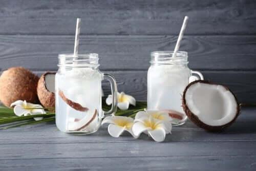 A água de cocoé um bom complemento para controlar os sintomas de uma infecção