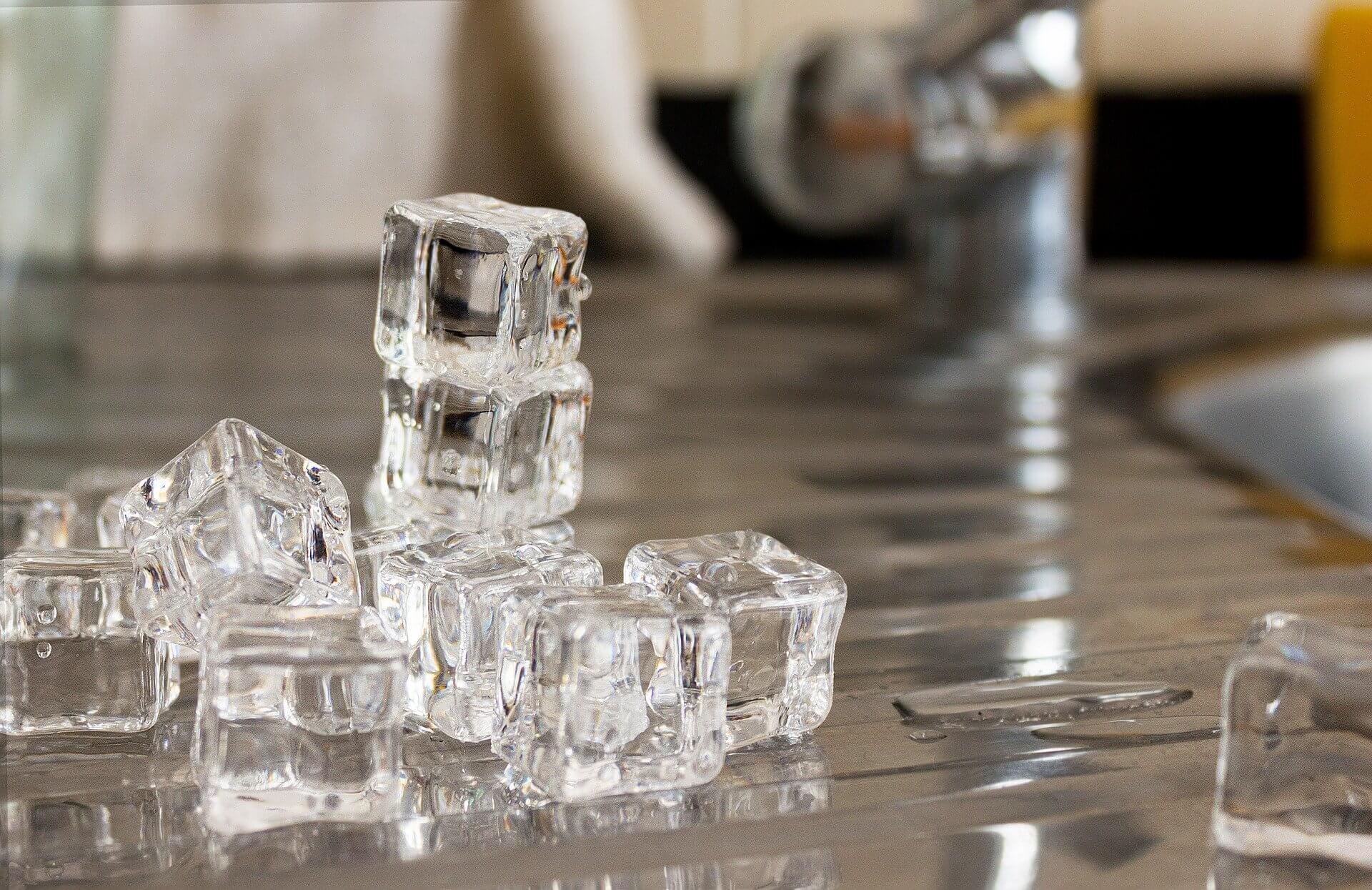 Pedras de gelo derretendo