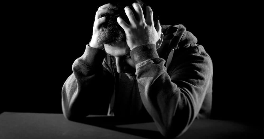Homem enfrentando problemas emocionais