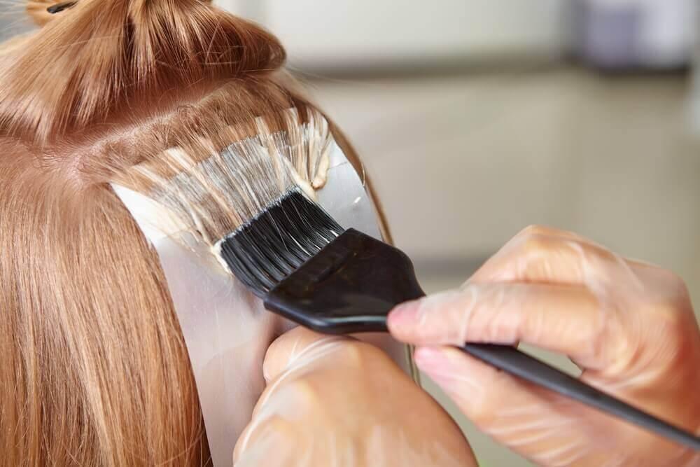 Mulher tingindo o cabelo