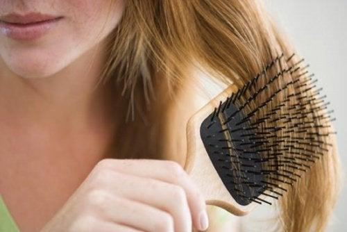 Escovar o cabelo ajuda a prevenir a queda