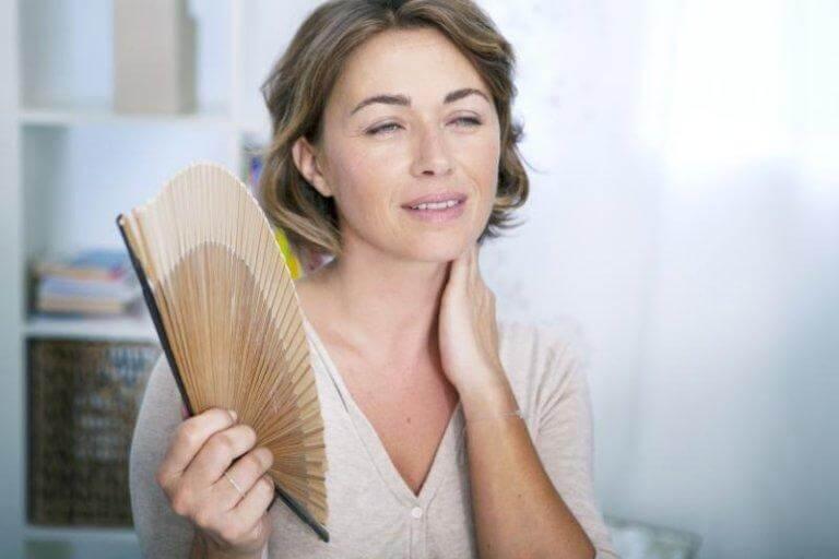 Mulher sentindo calor na menopausa