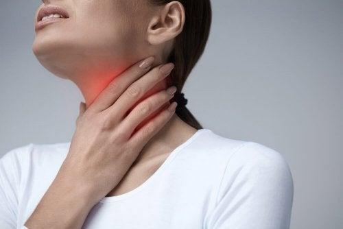 Dor de garganta pode ser sintoma de placa