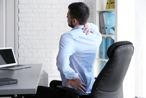 Dor nas costas devido à má postura
