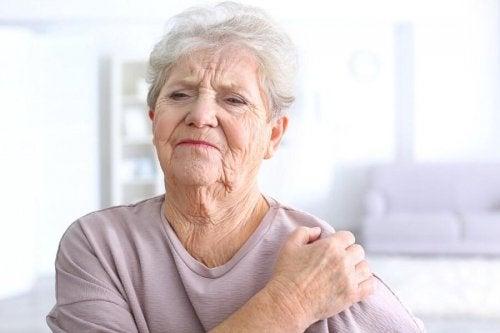 Mulher com dor por causa da artrite reumatoide