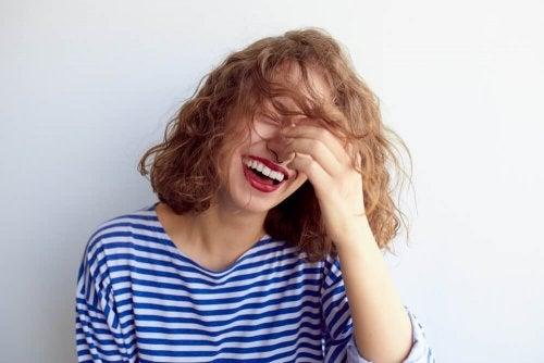 Mulher rindo feliz