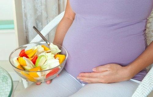 Mulher se alimentando saudávelmente na gravidez