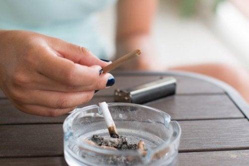 Pessoa com cigarro na mão