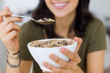 Mulher comendo granola