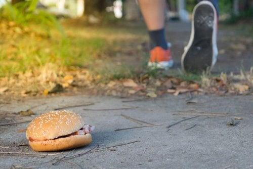 Hambúrguer no chão