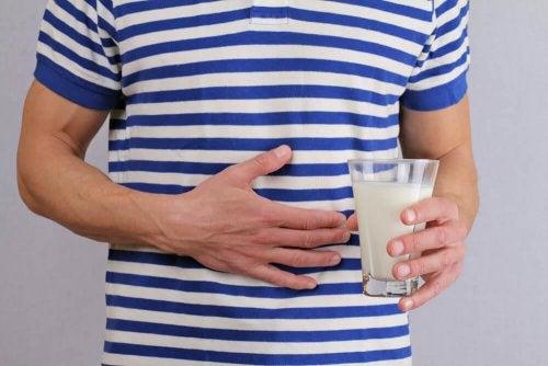 Pessoa com má digestão por causa da intolerância à lactose