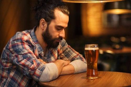 Homem com vício em bebidas alcoólicas