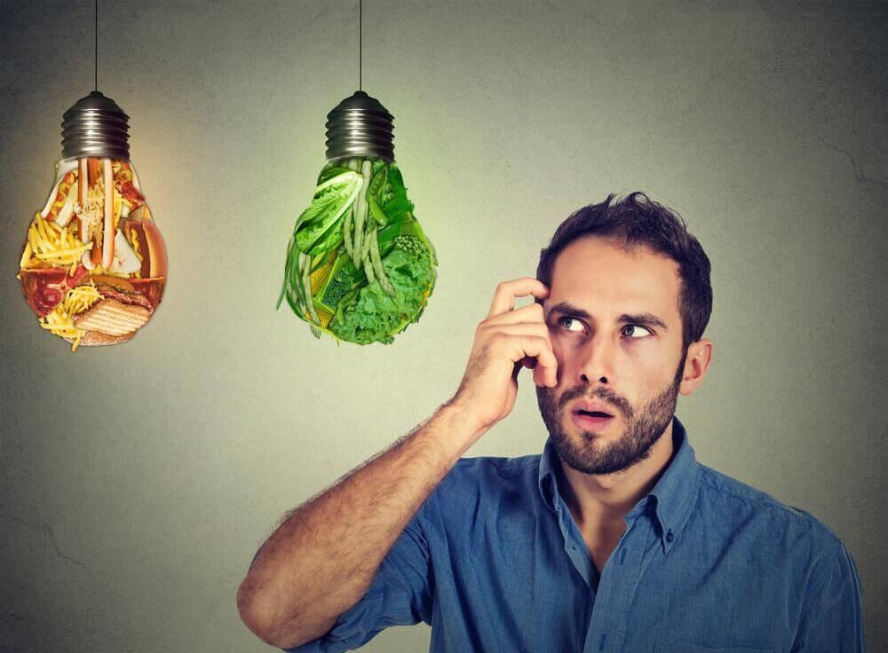 Homem observando lâmpadas com alimentos