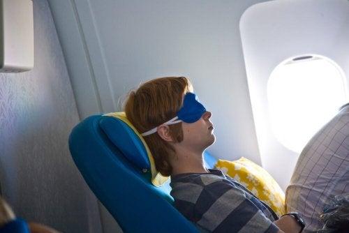 Menino dormindo no avião