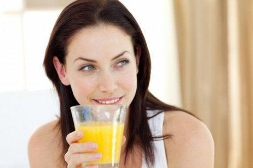 Mulher bebendo suco de casca de abacaxi para perder peso