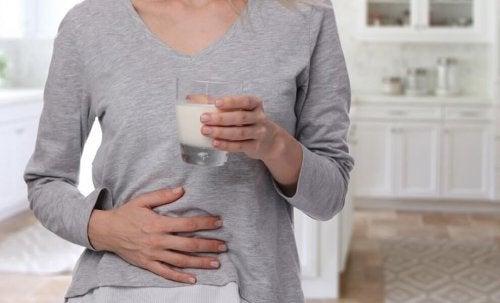 Mulher com intolerância à lactose por causa da úlcera péptica