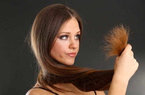 Mulher com cabelo seco