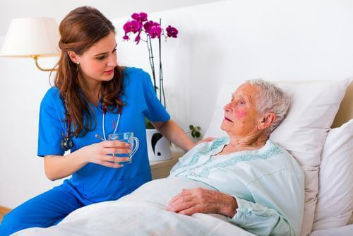 Médica cuidando de idosa