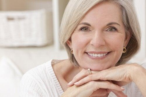 Mulher bonita e sorridente na menopausa
