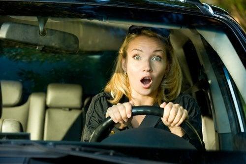 Mulher com medo de dirigir