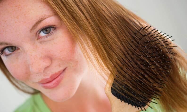 Mulher escovando os cabelos