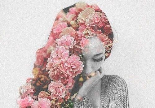 Mulher com flores nos cabelos