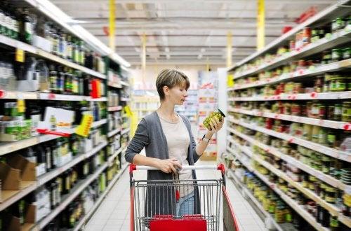 Mulher escolhendo alimentos