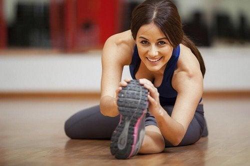 Mulher se exercitando em casa