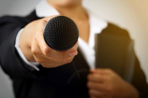 Mulher segurando um microfone