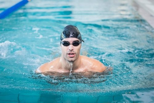 Homem nadando na piscina