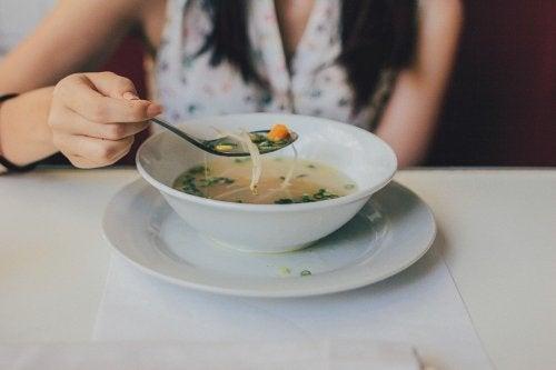 Sopa de frango desfiado