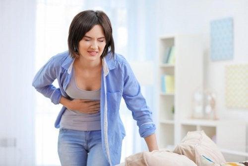 Moça com sintomas de picadas na barriga