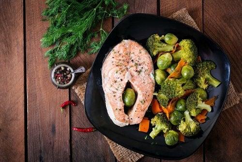 Peixe com vegetais cozidos no vapor