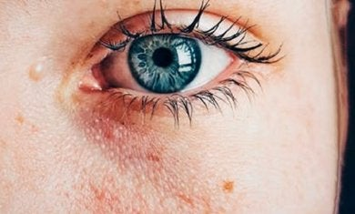 Olhos azuis femininos