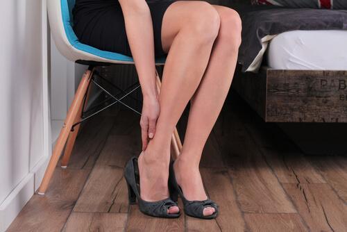 O uso de salta alto pode causar dor, por isso é preciso aliviar a dor nas pernas