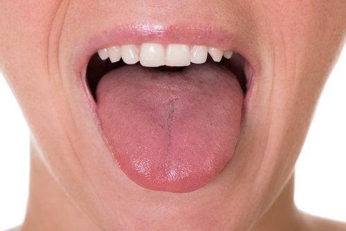 Mulher com placa na garganta